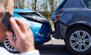 choque de coche en la carretera