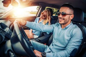 pareja feliz en su coche